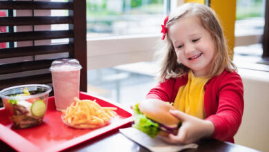 صورة أمراض خطيرة تهدد الأطفال بسبب الوجبات السريعة