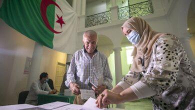 صورة اليوم الناخبون في الجزائر يتجهون  إلى مراكز الاقتراع للإدلاء بأصواتهم في أول انتخابات تشريعية