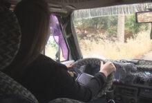 صورة طالبة طب تقود «ميكروباص» لنقل الركاب