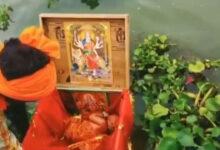 صورة رضيعة في صندوق طافٍ على وجه نهر بالهند