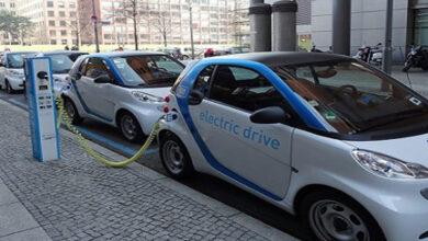 صورة سيارة كهربائية تركن نفسها بنفسها