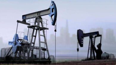 صورة النفط يرتفع لكن الآفاق ضبابية بسبب كوفيد-19 ومخاوف الإمداد