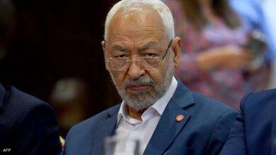 صورة رئيس مجلس النواب التونسي يعتصم أمام البرلمان المطوّق من الجيش