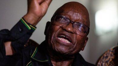 """صورة أنصار رئيس جنوب أفريقيا السابق يشكلون """"درعا بشريا"""" لمنع اعتقاله"""