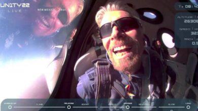 """صورة ريتشارد برانسون يعود إلى الأرض بعد رحلة قصيرة إلى """"حافة الفضاء"""""""