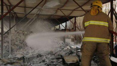 صورة إخماد حريق بمصنع للسيراميك في ميناء عبدالله
