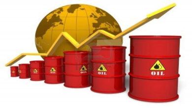 صورة النفط يصعد لكن يتجه لأكبر خسارة أسبوعية في شهور
