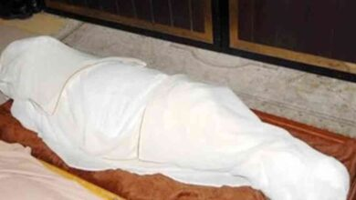 صورة مسن يطعم زوجته المتوفاة دون أن يدري والجيران يكشفون الفاجعة