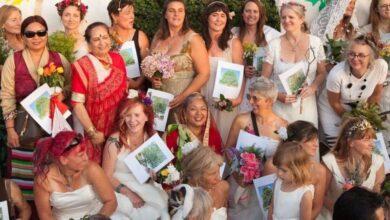 """صورة نساء """"يتزوجن"""" من أشجار في مدينة بريستول البريطانية"""