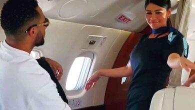 صورة محمد رمضان يرقص مع مضيفة طيران داخل طائرة